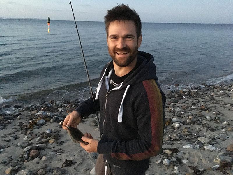 En pavestolt lystfisker med årets første fladfisk