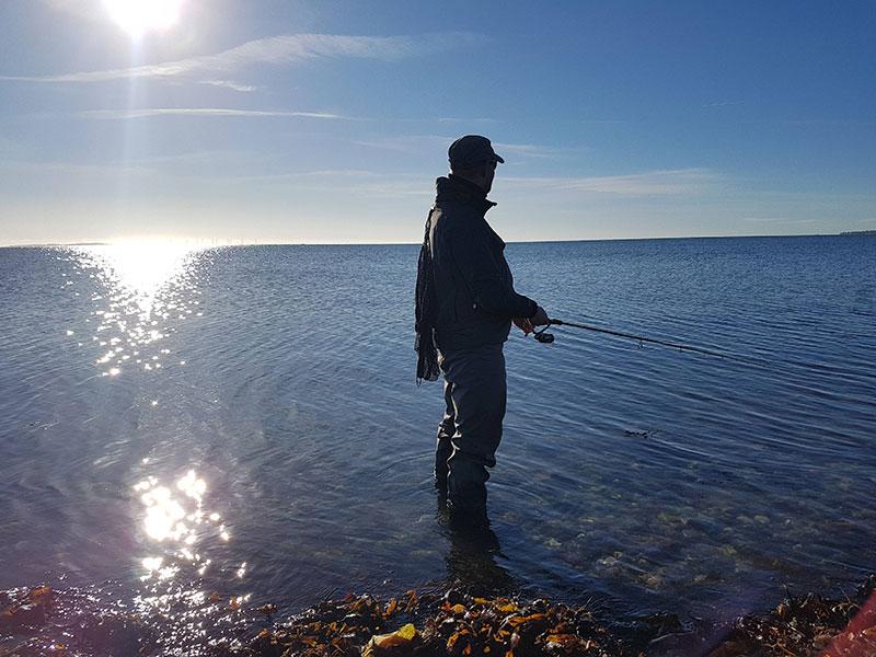 De sidste minutters fiskeri i solskin bliver taget ind.