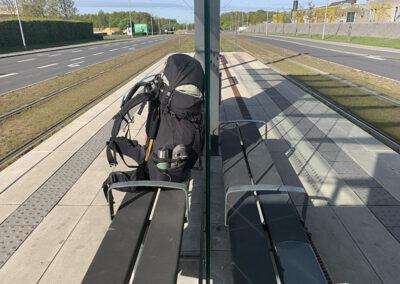 Den toppakkede rygsæk tilhører i dette tilfælde Jan og står her og venter på letbanen mod Aarhus H